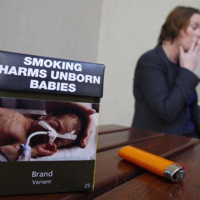 Ett tobakspaket med en varningsbild av ett nyfött barn i intensivvård.