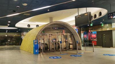 Ingången till metron i Kampens köpcentrer som är folktom.