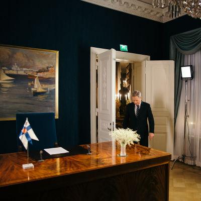 sauli Niinistö stiger in i sitt arbetsrum.