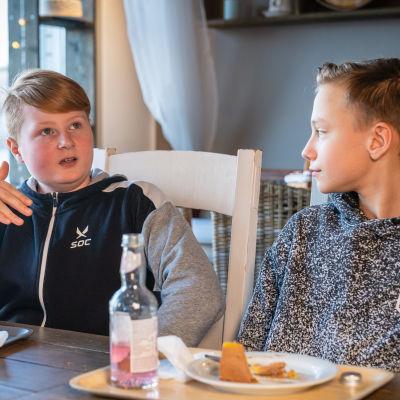Jesse Hujanen och Sebastian Björkholm, högstadielever från Winellska skolan i Kyrkslätt