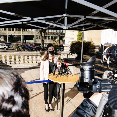 Sanna Marin puhui medialle Säätytalolla 23. maaliskuuta.