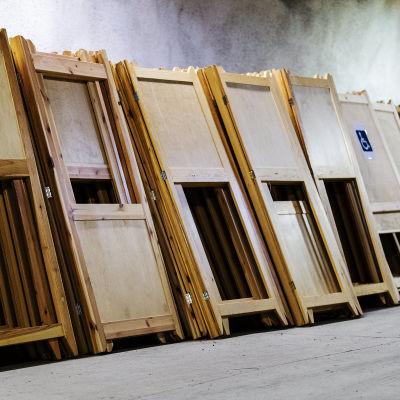 Helsingin kaupungin varastossa maan alla säilytetään arviolta noin 900 äänestyskoppia.
