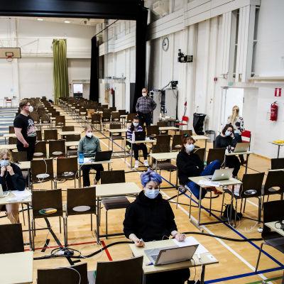 Helsingin Kallion lukion liikunsalissa tehtiin 18. maaliskuuta vieraan kielen lyhyen oppimäärän ylioppilaskoe.