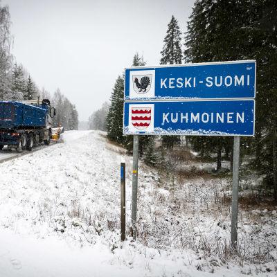Aura-auto ohittaa Keski-Suomi - Kuhmoinen -kyltin.