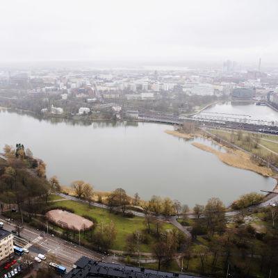 Ilmakuvassa on Helsingin Töölönlahti toukokuussa 2021.
