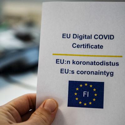Ett EU-coronaintyg i papper som printats ut från tjänsten Kanta.