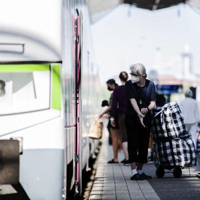 Helsingin päärautatieasemalla käytettiin kasvomaskeja 29. kesäkuuta.