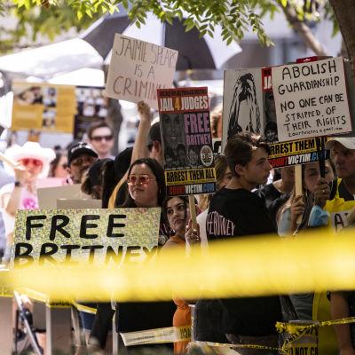 Människor demonstrerar för Britney Spears utanför domstol i Los Angeles i juli 2021.