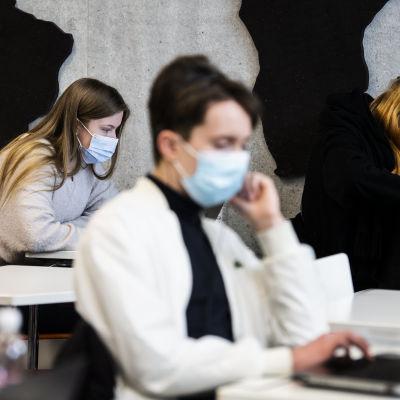 Abiturienterna i Bröndö samskola skriver preliminärprov inför studentskrivningarna.