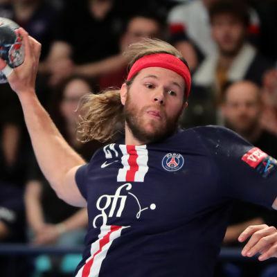 Mikkel Hansen försöker sig på ett genombrott i en Champions Leagu-match.