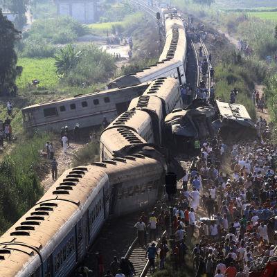 Bild på tåg som åkt av spåren efter en tågkrasch där två tåg kolliderade i Alexandria i Egypten den 11 augusti 2017.