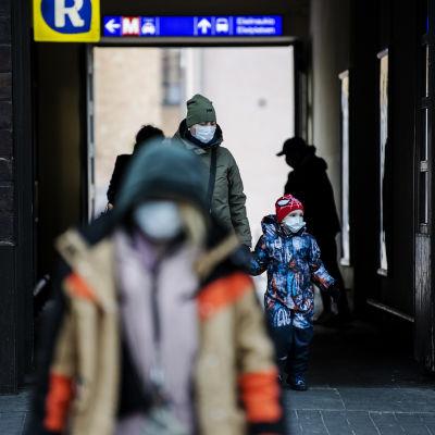 Helsingin päärautatieasemalla käytettiin kasvomaskeja 7. joulukuuta 2020.