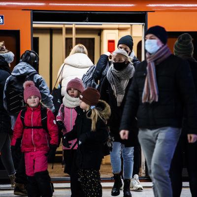 Maskeja käyttävä ihmiset poistuivat metrosta 4. helmikuuta.