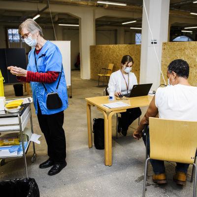 Sote-henkilöstölle annettiin koronavirusrokotteita Helsingissä 4. tammikuuta 2021.