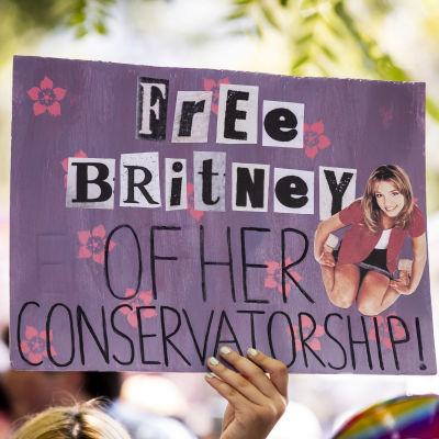 """Mielenosoittajan kyltissä lukee """"Britney vapaaksi holhouksesta""""."""