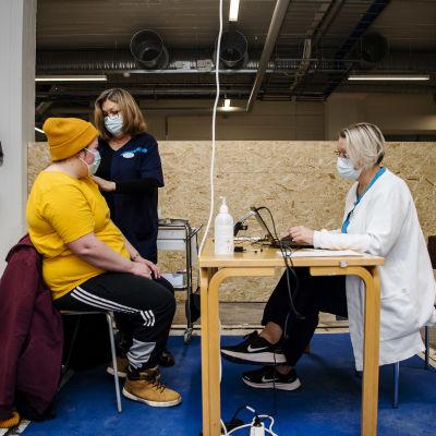 Sote-henkilöstölle annettiin koronavirusrokotteita Helsingissä tammikuun 2021 alussa.