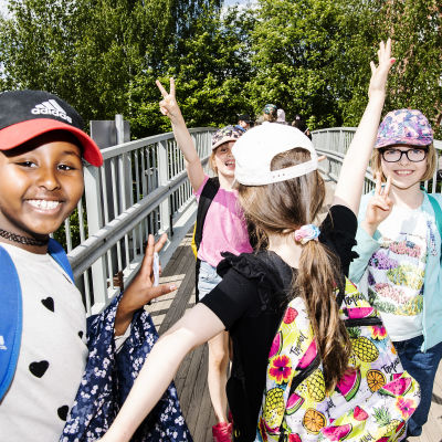 Energiaa riittää paluumatkalla kouluunkin: lapset poseeraavat kameralle.