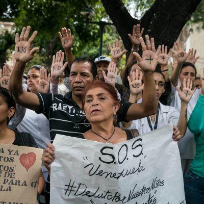Protest framför sjukhus i Venezuela där bland annat brist på vård är ett stor problem.