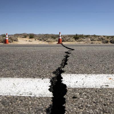 En spricka i en väg i södra Kalifornien, orsakad av en jordbävning.