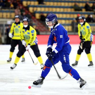Tuomas Määttä ger Finland ledningen med 2–0.