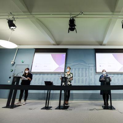 Kuvassa ministerit pitävät tiedotustilaisuutta sote-uudistuksesta lokakuussa 2020.