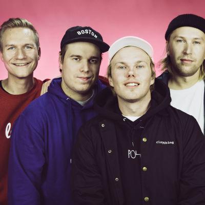 Gasellit-bändi poseeraa kameralle