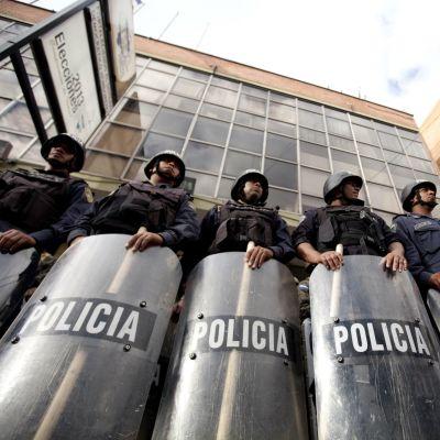 Mellakkavarustukseen sonnustautuneita poliiseja Tegucigalpassa, Hondurasissa, 12.12. 2013.