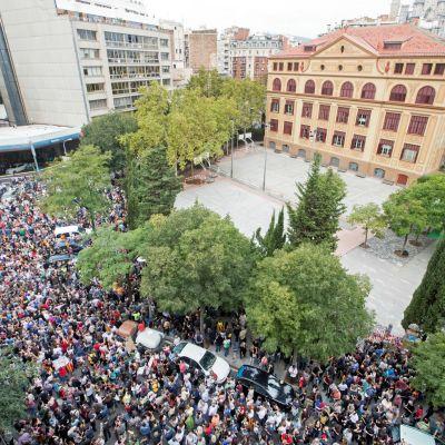 Tusentals demonstranter samlades under förmiddagen i centrum av Barcelona och ännu större protester hålls på tisdag kväll i stadskärnan