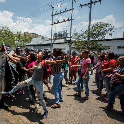 Flickvänner och fruar till fångar drabbade samman med polis utanför polishäktet i Valencia, Venezuela på onsdagen 28.3.