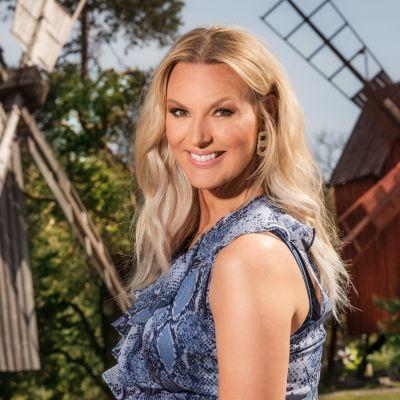 Sanna Nielsen juontaa suositun yhteislauluohjelman.