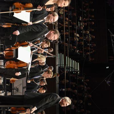 Hannu Lintu ja Radion sinfoniaorkesteri 6.12.2017 konsertin päätyttyä.