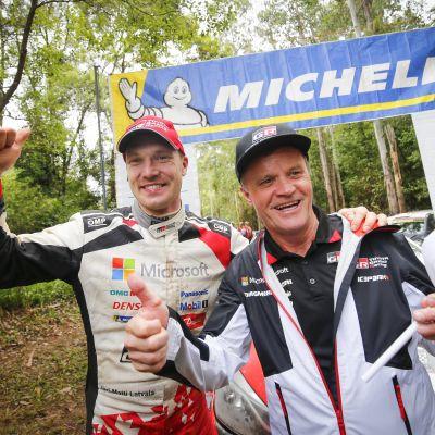 Jari-Matti Latvala och Tommi Mäkinen firar Latvalas seger i Australien i november 2018.