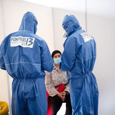 Maataloustyöntekijää testataan koronaviruksen varalta Ranskassa 10. kesäkuuta.