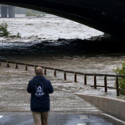 Mies kuvaa tulvivaa jokea Saint-Laurent-du-Varissa.