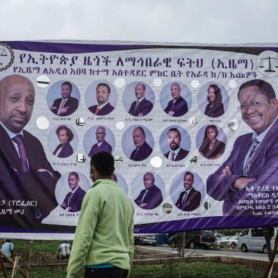 Mies katsoo vaalijulistetta  Addis abebassa 11. kesäkuuta 2021