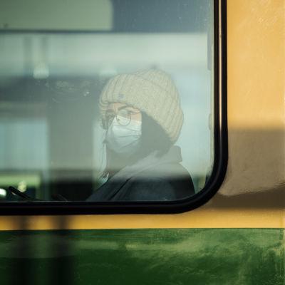 Nainen käytti kasvomaskia Helsingissä Pasilan asemalla 7. joulukuuta 2020.