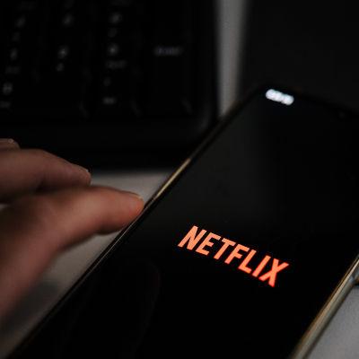 Netflix-sovellus OnePlus 7T-älypuhelimen ruudulla.