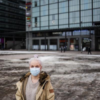 Sairaanhoitajaopiskelija Johanna Lind kuvattiin Narinkkatorilla maaliskuussa.