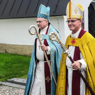 Nyvigd biskop Bo-Göran Åstrand och ärkebiskopen Tapio Luoma