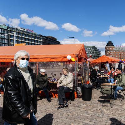 Hakaniementorilla tehtiin ostoksia ja kahviteltiin aurinkoisessa säässä vappuaattona.