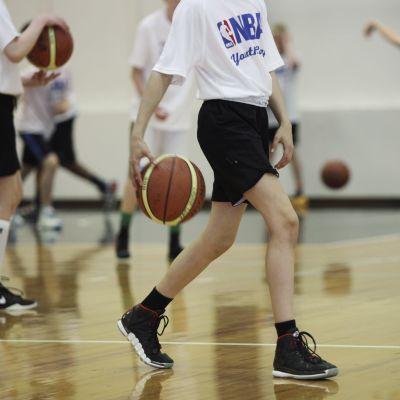 Unga korgbollsspelare tränar.