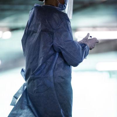 Hoitaja työskenteli Messukeskuksen drive-in-koronatestauspisteellä 2. heinäkuuta.