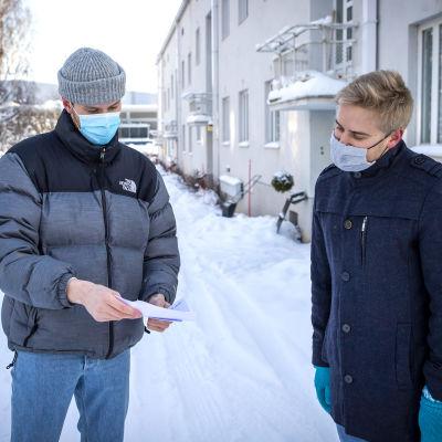 Aleksi Segerman ja Petri Laaksonen tutkivat ulkona Kelalta saatua kirjettä.
