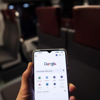 Älypuhelin, jonka näytöllä on Google-hakukone.