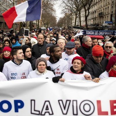 """De """"röda sjalarnas"""" protest i Paris var dubbelt större än de """"gula västarnas"""" demonstration dagen innan"""
