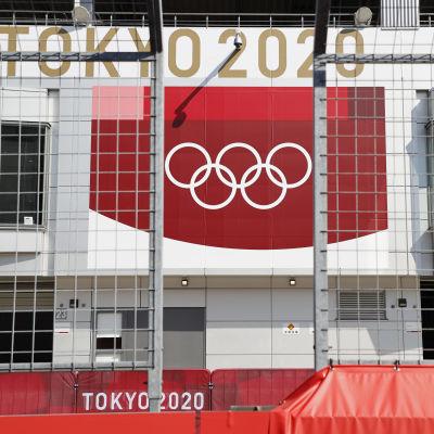 Olympiarenkaat rakennuksen seinässä.