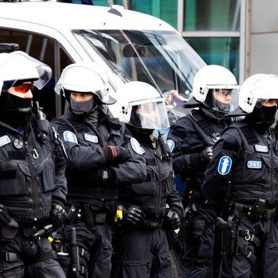 Poliiseja ja mielenosoittajia Sanomatalon nurkalla Helsingissä.
