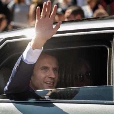 President Emmanuel Macron lämnar vallokalen efter att ha röstat i parlamentsvalets första omgång.