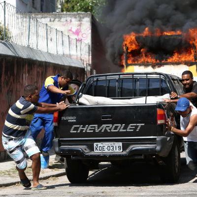 Våld bröt ut när polisen försökte vräka ockupanter ur favelas i Rio