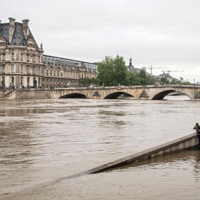 Louvren har stängts och 250 000 konstföremål har för säkerhets skull flyttats upp från källaren och bottenvåningen